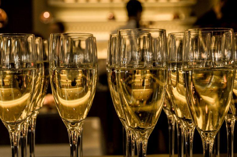 champagne-upper-hand-digital